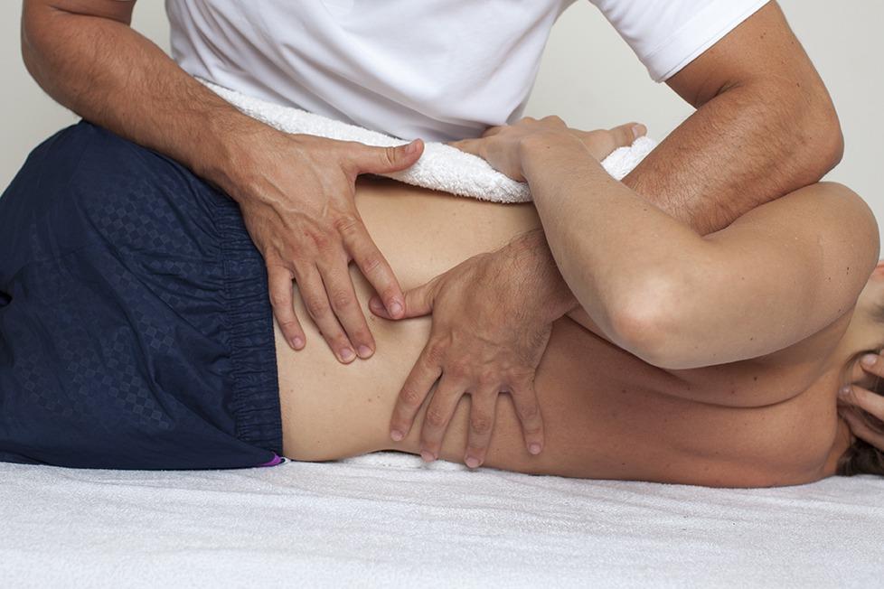 Naprapat ger behandling till en patient med muskelskada