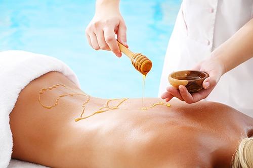 kosmetolog arbetar med honung för hårborttagning